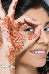 Tatouage des mains motifs fleurs